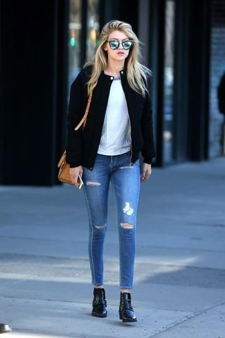 Comment porter: blouson aviateur noir, t-shirt à col rond blanc, leggings en denim bleus, bottines en cuir noires