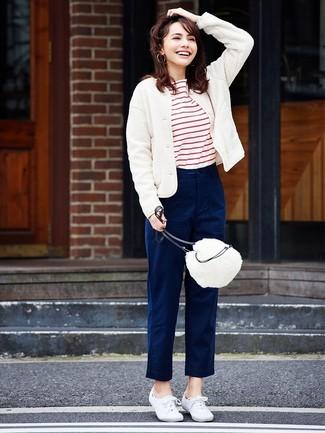Comment porter: blouson aviateur en laine blanc, t-shirt à col rond à rayures horizontales blanc et rouge, pantalon chino bleu marine, baskets basses en toile blanches