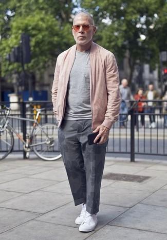 Comment porter: blouson aviateur rose, t-shirt à col rond gris, pantalon chino à fleurs gris, baskets basses en toile blanches