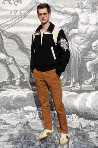 Comment porter: blouson aviateur en laine imprimé noir, t-shirt à col rond blanc, pantalon chino tabac, baskets basses en cuir beiges