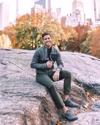 Comment porter: blouson aviateur gris, t-shirt à col rond noir, pantalon chino vert foncé, baskets basses en cuir gris foncé