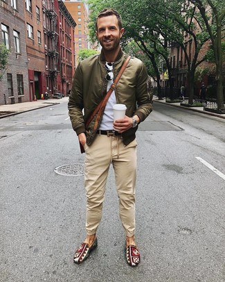 Comment porter: blouson aviateur olive, t-shirt à col rond gris, pantalon chino marron clair, baskets à enfiler en toile imprimées multicolores