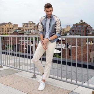 Comment porter: blouson aviateur en satin gris, t-shirt à col rond blanc, pantalon chino beige, baskets basses blanches