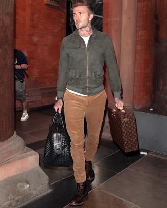 Comment porter: blouson aviateur en daim gris foncé, t-shirt à col rond blanc, pantalon chino en velours côtelé tabac, bottes de loisirs en cuir marron foncé