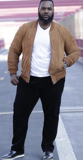 Comment porter: blouson aviateur en daim marron clair, t-shirt à col rond blanc, pantalon chino en velours côtelé noir, chaussures richelieu en cuir à clous noires