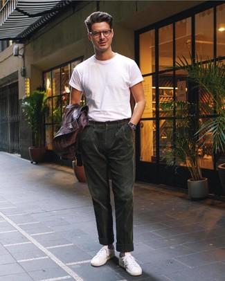 Comment porter: blouson aviateur en cuir marron foncé, t-shirt à col rond blanc, pantalon chino en velours côtelé vert foncé, baskets basses en cuir blanches