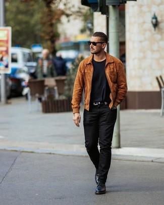 Comment porter: blouson aviateur en daim tabac, t-shirt à col rond noir, pantalon chino noir, bottes de loisirs en cuir noires