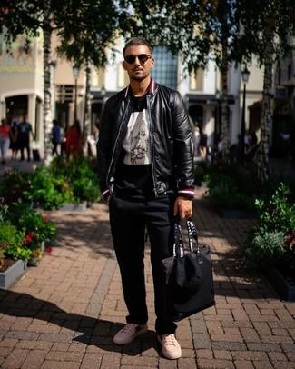 Comment porter: blouson aviateur en cuir noir, t-shirt à col rond imprimé noir et blanc, pantalon chino noir, baskets basses en cuir imprimées blanches