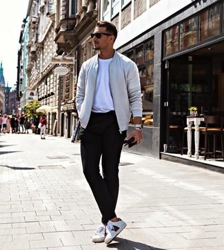 Comment porter: blouson aviateur gris, t-shirt à col rond blanc, pantalon chino noir, baskets basses en cuir imprimées blanches