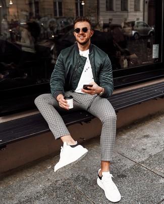 Comment porter: blouson aviateur vert foncé, t-shirt à col rond imprimé blanc et noir, pantalon chino en pied-de-poule gris, baskets basses en cuir blanches et noires