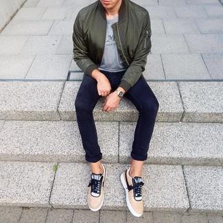 Comment porter: blouson aviateur vert foncé, t-shirt à col rond imprimé gris, pantalon chino bleu marine, baskets basses marron clair