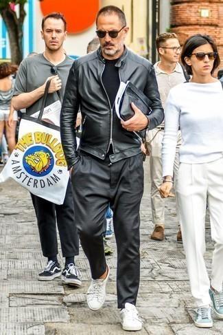Comment porter une pochette en cuir noire: Pense à opter pour un blouson aviateur en cuir noir et une pochette en cuir noire pour une tenue relax mais stylée. Apportez une touche d'élégance à votre tenue avec une paire de des baskets basses en cuir blanches.