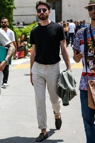 Tendances mode hommes: Marie un blouson aviateur à carreaux olive avec un pantalon chino beige pour un look de tous les jours facile à porter. Jouez la carte classique pour les chaussures et choisis une paire de des slippers en cuir tressés noirs.