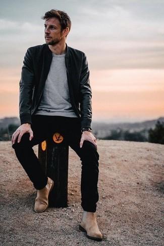 Comment porter des bottines chelsea en daim marron clair: Harmonise un blouson aviateur en cuir noir avec un pantalon chino noir pour un look de tous les jours facile à porter. Choisis une paire de des bottines chelsea en daim marron clair pour afficher ton expertise vestimentaire.