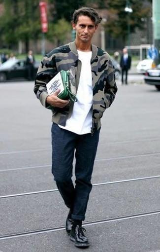 Tenue: Blouson aviateur camouflage olive, T-shirt à col rond blanc, Pantalon chino bleu marine, Bottes de loisirs en cuir noires