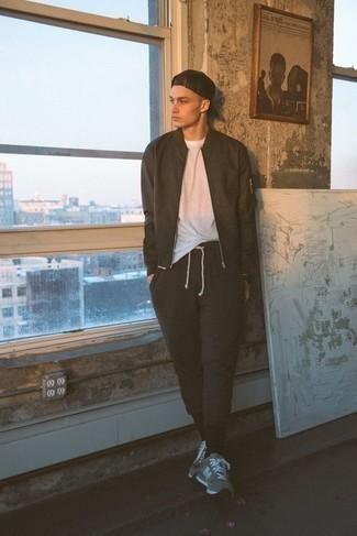 Comment porter une montre noire: Harmonise un blouson aviateur marron foncé avec une montre noire pour une tenue relax mais stylée. Une paire de des chaussures de sport grises est une option parfait pour complèter cette tenue.