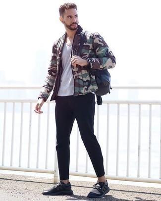 Comment porter un t-shirt à col rond gris: Pense à opter pour un t-shirt à col rond gris et un pantalon chino noir pour obtenir un look relax mais stylé. Tu veux y aller doucement avec les chaussures? Complète cet ensemble avec une paire de des chaussures de sport noires pour la journée.