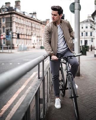 Comment porter un pantalon chino gris foncé: Pour une tenue de tous les jours pleine de caractère et de personnalité marie un blouson aviateur marron clair avec un pantalon chino gris foncé. D'une humeur créatrice? Assortis ta tenue avec une paire de des baskets basses en toile blanches.