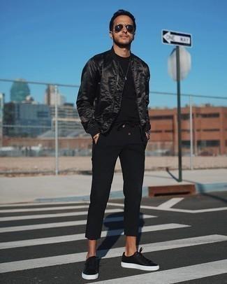 Comment porter des baskets basses en cuir noires: Pense à porter un blouson aviateur en satin noir et un pantalon chino noir pour affronter sans effort les défis que la journée te réserve. Jouez la carte décontractée pour les chaussures et complète cet ensemble avec une paire de des baskets basses en cuir noires.