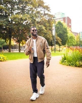 Tenue: Blouson aviateur marron clair, T-shirt à col rond blanc, Pantalon chino bleu marine, Chaussures de sport blanches
