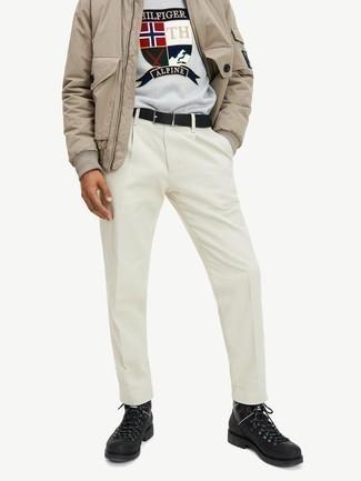 Comment porter une ceinture en cuir noire: Pense à opter pour un blouson aviateur marron clair et une ceinture en cuir noire pour une tenue relax mais stylée. Une paire de bottes de travail en cuir noires est une option astucieux pour complèter cette tenue.