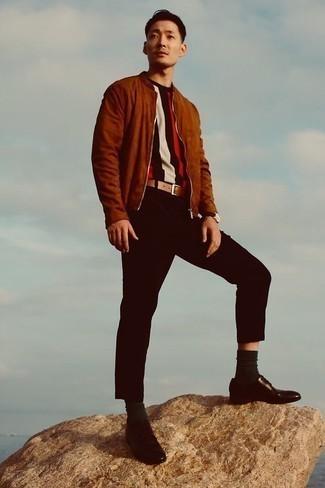 Comment porter un blouson aviateur en daim marron: Choisis un blouson aviateur en daim marron et un pantalon chino noir pour une tenue idéale le week-end. Jouez la carte classique pour les chaussures et fais d'une paire de chaussures derby en cuir marron foncé ton choix de souliers.