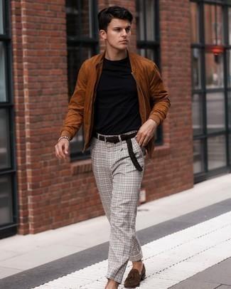 Comment porter un t-shirt à col rond noir: Marie un t-shirt à col rond noir avec un pantalon chino à carreaux gris pour obtenir un look relax mais stylé. Apportez une touche d'élégance à votre tenue avec une paire de mocassins à pampilles en daim marron foncé.