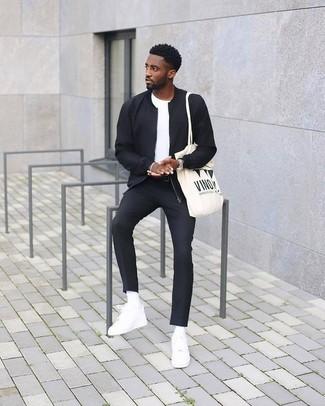 Comment porter: blouson aviateur noir, t-shirt à col rond blanc, pantalon de costume noir, baskets basses en cuir blanches