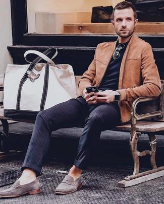 Comment porter: blouson aviateur en daim tabac, t-shirt à col rond noir, pantalon de costume à rayures verticales bleu marine, slippers en daim gris
