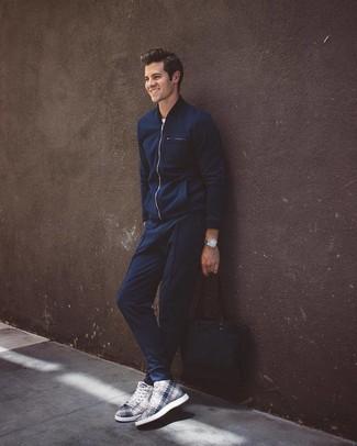 Comment porter: blouson aviateur bleu marine, t-shirt à col rond blanc, pantalon de jogging bleu marine, baskets montantes imprimées blanches