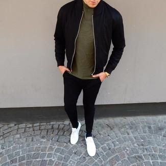 Comment porter un blouson aviateur noir: Associe un blouson aviateur noir avec un pantalon de jogging noir pour une tenue confortable aussi composée avec goût. Une paire de des baskets basses en cuir blanches est une option parfait pour complèter cette tenue.