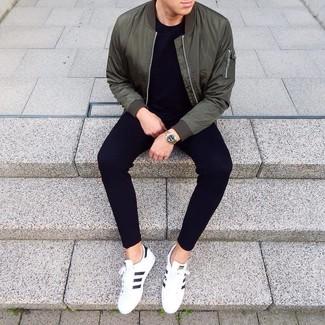 Comment porter: blouson aviateur vert foncé, t-shirt à col rond noir, pantalon de jogging noir, baskets basses en cuir blanches et noires