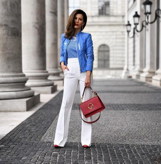 Comment porter: blouson aviateur bleu, t-shirt à col rond à rayures horizontales blanc et bleu, pantalon flare blanc, escarpins en cuir rouges
