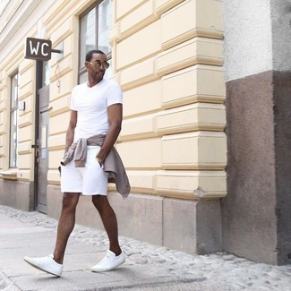 Comment porter un blouson aviateur marron clair: Associe un blouson aviateur marron clair avec un short blanc pour un look de tous les jours facile à porter. Cette tenue se complète parfaitement avec une paire de baskets basses en toile blanches.
