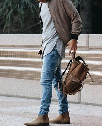 Comment porter: blouson aviateur marron, t-shirt à manche longue gris, jean bleu, bottines chelsea en daim marron