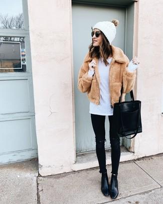 Comment porter: blouson aviateur en polaire marron clair, t-shirt à manche longue blanc, jean skinny déchiré noir, bottines en cuir noires