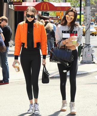 Comment porter: blouson aviateur orange, t-shirt à manche longue en tulle noir, leggings noirs, baskets montantes en toile noires et blanches