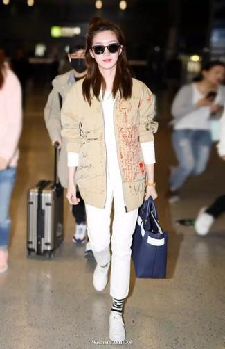 Comment porter: blouson aviateur beige, t-shirt à manche longue blanc, pantalon chino blanc, baskets basses en cuir blanches