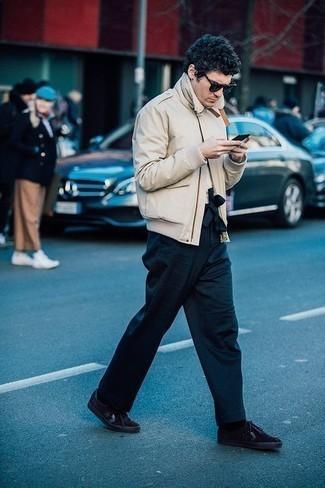 Comment s'habiller pour un style decontractés: Pour une tenue de tous les jours pleine de caractère et de personnalité pense à opter pour un blouson aviateur beige et un pantalon chino bleu marine. Pour les chaussures, fais un choix décontracté avec une paire de des baskets basses en daim noires.