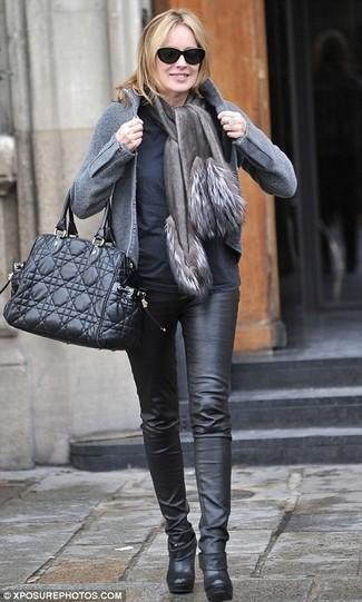 Comment porter: blouson aviateur en laine gris, t-shirt à manche longue noir, pantalon slim en cuir noir, bottines en cuir noires