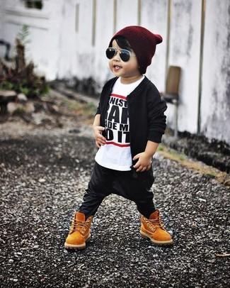 Comment porter: blouson aviateur noir, t-shirt blanc et noir, pantalon de jogging noir, bottes marron clair