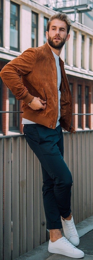 Comment porter: blouson aviateur en daim tabac, sweat-shirt bleu clair, pantalon chino noir, baskets basses en toile blanches
