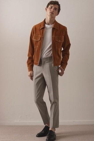 Comment porter: blouson aviateur en daim tabac, t-shirt à col rond blanc, pantalon de costume en laine beige, chaussures derby en cuir noires