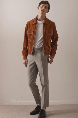 Comment porter un blouson aviateur en daim tabac: Pense à porter un blouson aviateur en daim tabac et un pantalon de costume marron pour une silhouette classique et raffinée. Une paire de des chaussures derby en cuir noires est une option parfait pour complèter cette tenue.