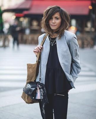 Comment porter: blouson aviateur en laine gris, top à basque noir, jean skinny noir, sac bandoulière en cuir imprimé serpent noir
