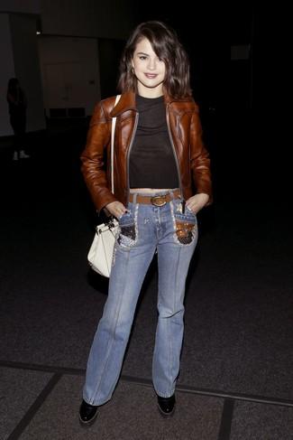 Comment porter: blouson aviateur en cuir marron, top court noir, jean flare bleu, bottines en cuir épaisses noires