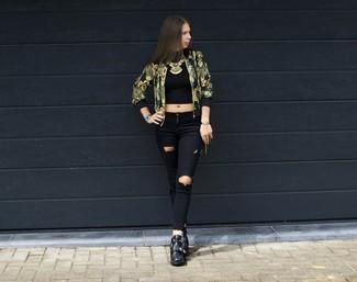 Comment porter un blouson aviateur doré: Marie un blouson aviateur doré avec un jean skinny déchiré noir pour une tenue relax mais stylée. Complète ce look avec une paire de des bottines en cuir noires.
