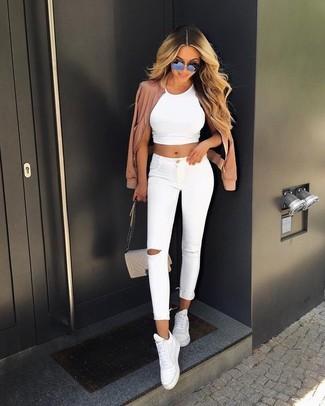 Un blouson aviateur à porter avec un jean skinny blanc: Harmonise un blouson aviateur avec un jean skinny blanc pour un look confortable et décontracté. Tu veux y aller doucement avec les chaussures? Fais d'une paire de des baskets montantes en cuir blanches ton choix de souliers pour la journée.