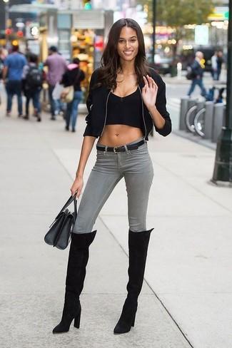 Comment porter: blouson aviateur noir, top court noir, jean skinny gris, cuissardes en daim noires