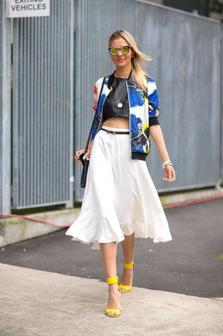 Comment porter: blouson aviateur à fleurs bleu, top court en cuir noir, jupe évasée blanche, sandales à talons en cuir jaunes